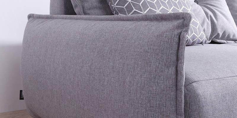 L'accoudoir du canapé d'angle gauche Lena est en forme de coussin